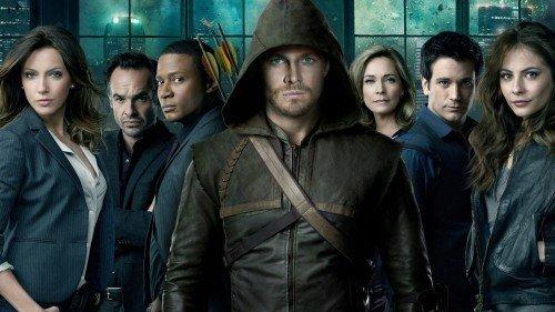 Il cast della prima stagione di Arrow. Da sinistra: Katie Cassidy, Paul Blackthorne, David Ramsey, Stephen Amell, Susanna Thompson, Colin Donnell e Willa Holland.