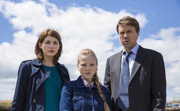 Jodie Whittaker, Charlotte Beaumont e Andrew Buchan nei panni di Beh, Chloe e Mark Latimer.