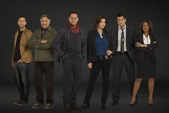 Da sinistra: Lucas, Abe, Henry, Jo, il detective Hanson e la tenente Joanna Reece.