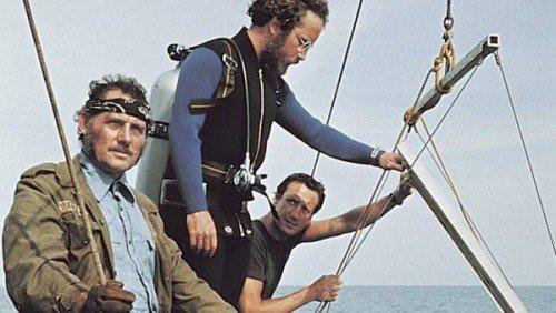 Una scena del film in cui Brody, Quint e Hooper preparano la trappola per lo squalo.