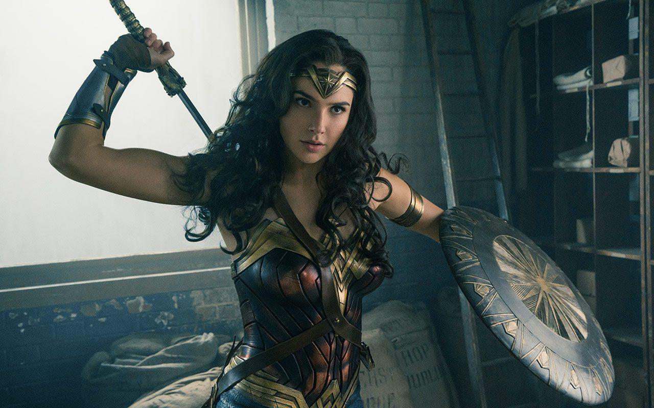 Wonder Woman, Diana brandisce la spada di Themyscira in una nuova foto