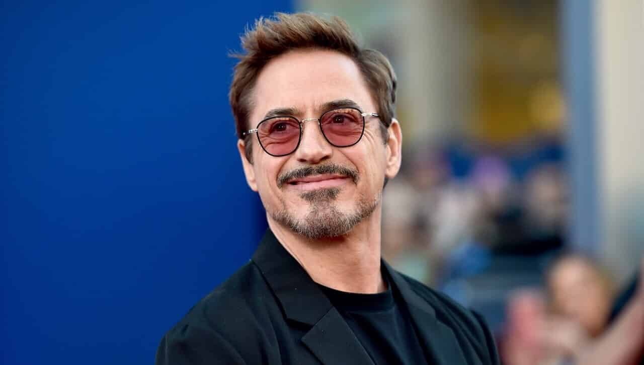 Robert Downey Jr. scherza sulle candele