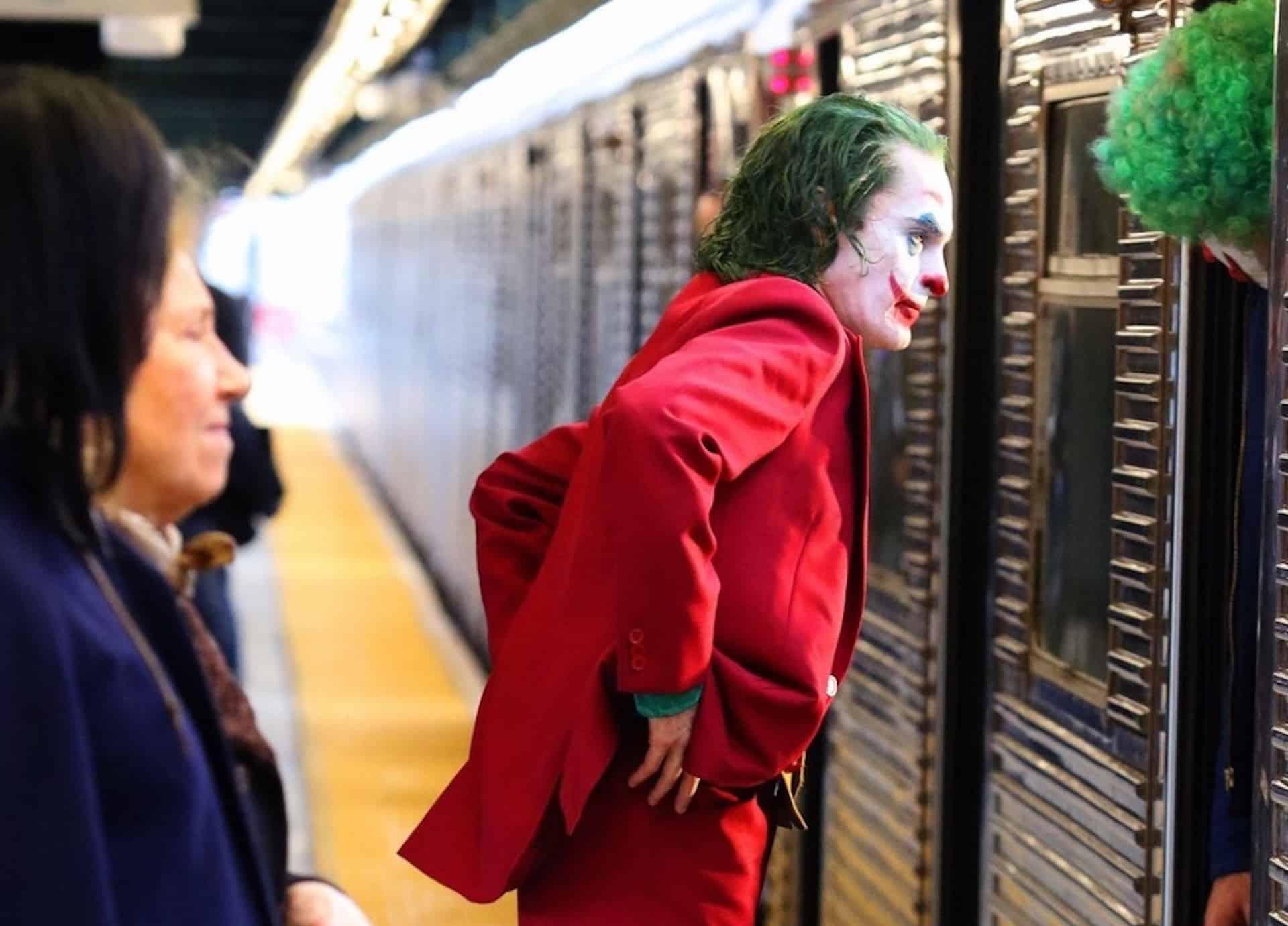 travestito da joker in metro milano con pistola finta. arrestato.