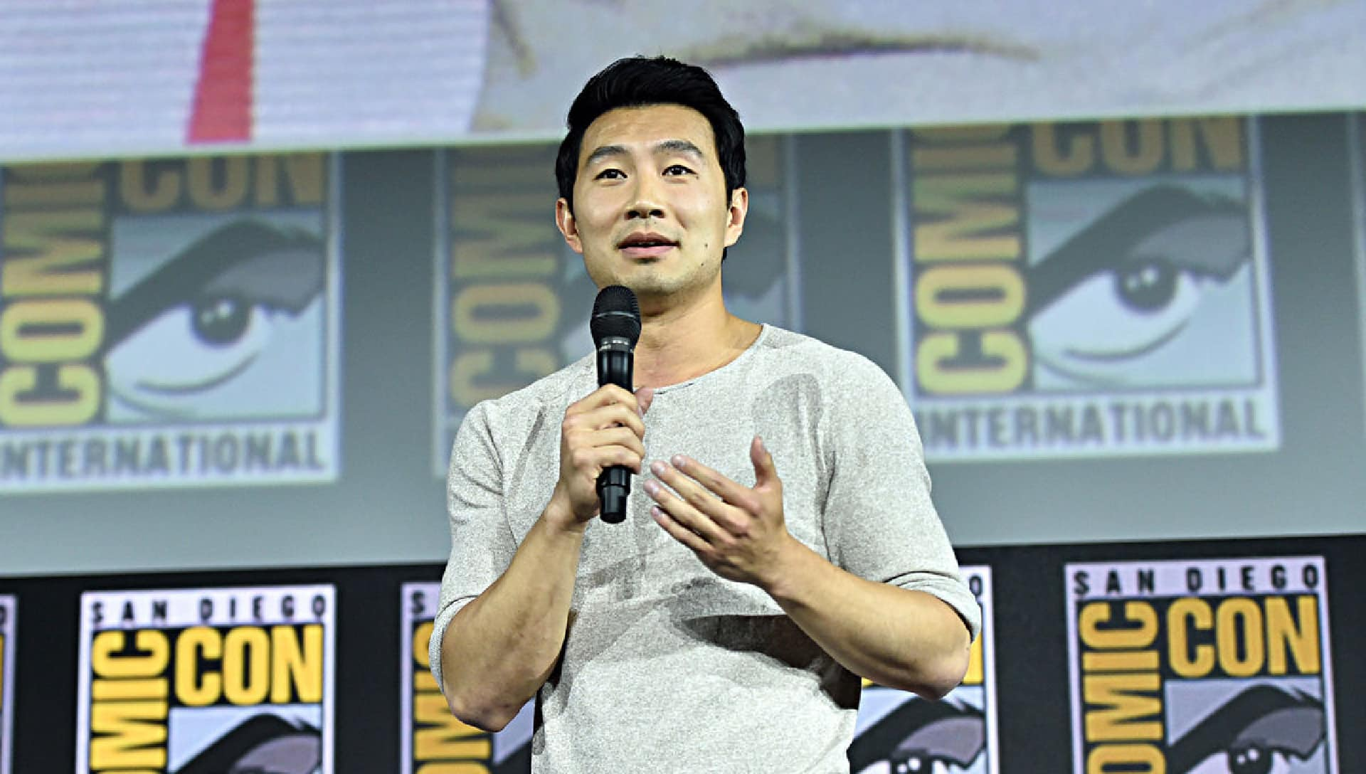 Shang-Chi: la commovente reazione di Simu Liu al suo costume da eroe