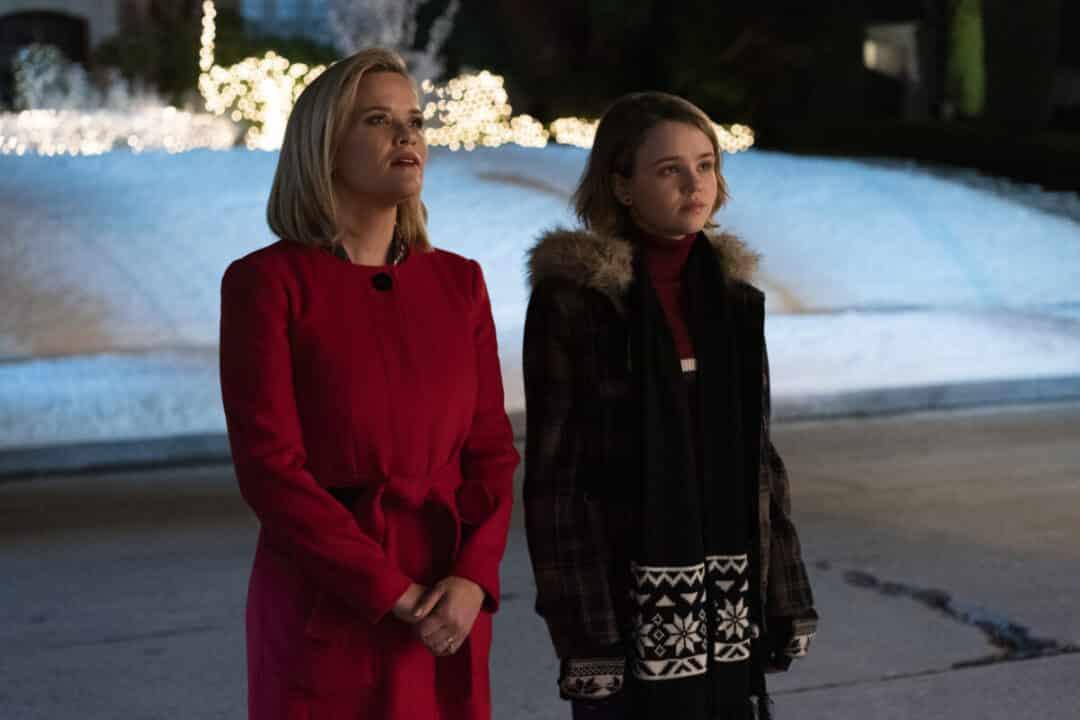Little Fires Everywhere - Elena e la figlia Izzy guardano le decorazione natalizie