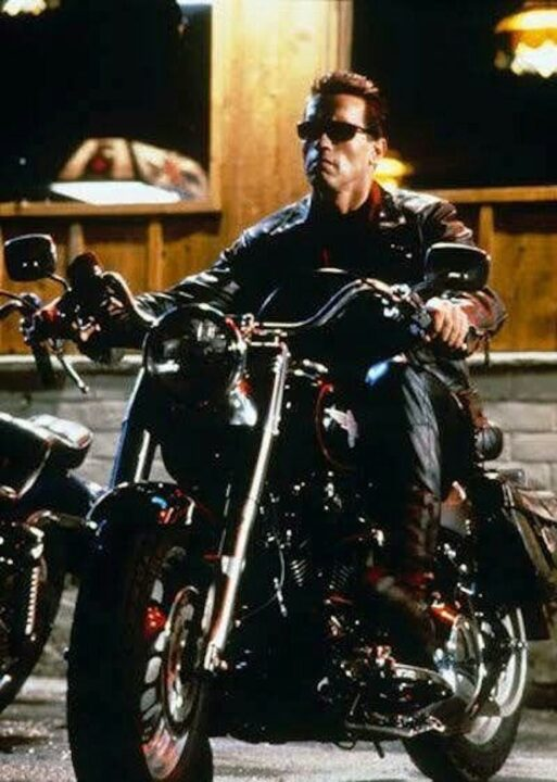 Arnold Schwarzenegger guida una Harley Davidson