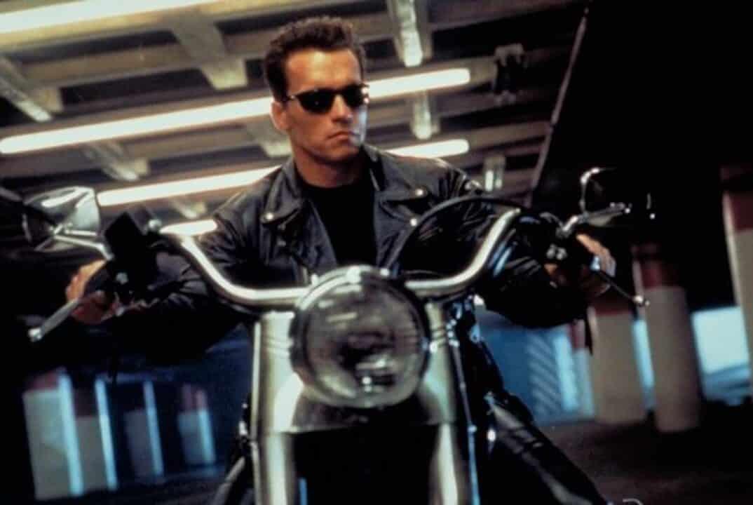 Schwarzenegger cavalca un'Harley Davidson