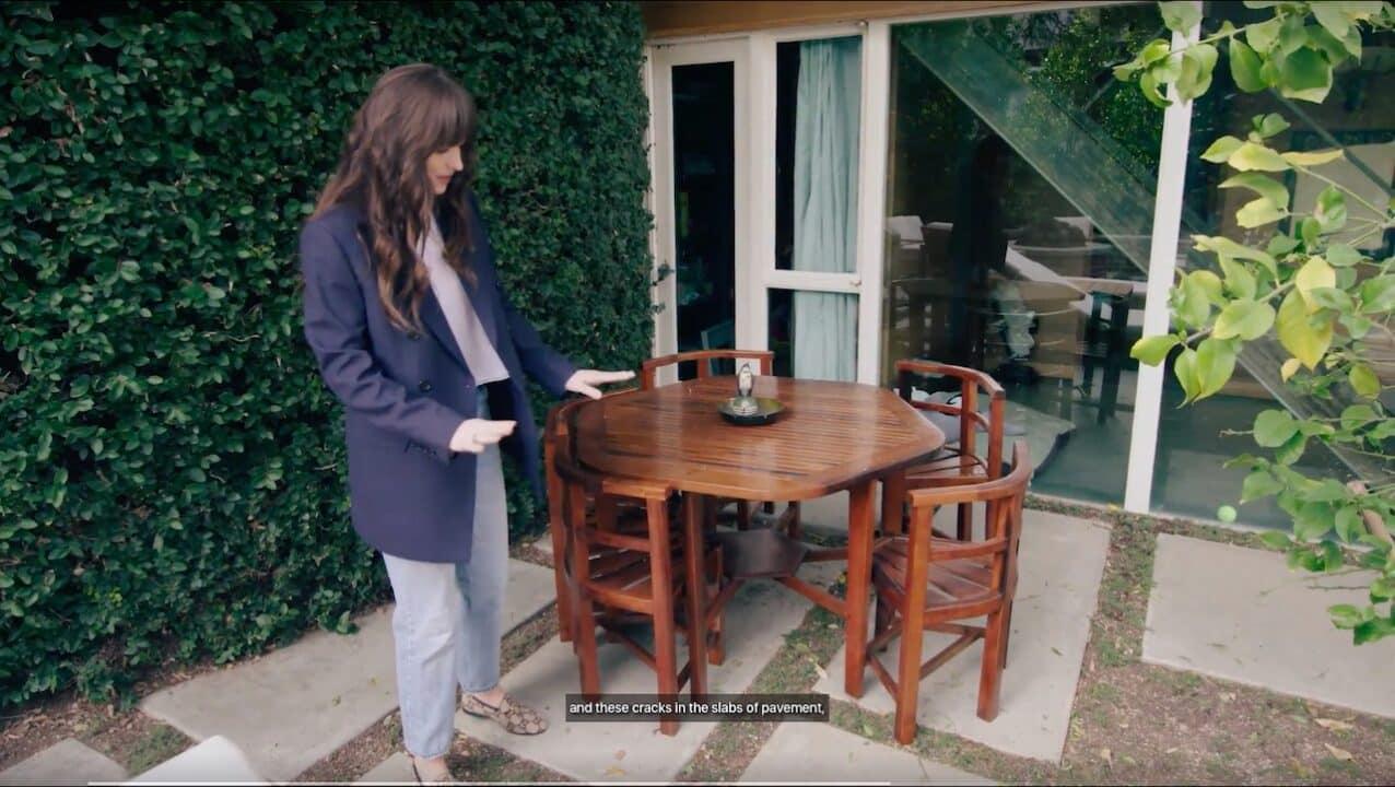 Johnson mostra le sedie e il tavolo ricavati dallo yacht di Winston Churchill