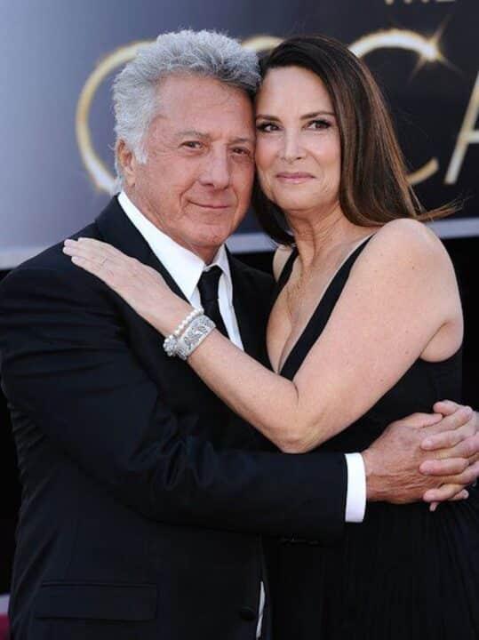Dustin Hoffman abbraccia la moglie