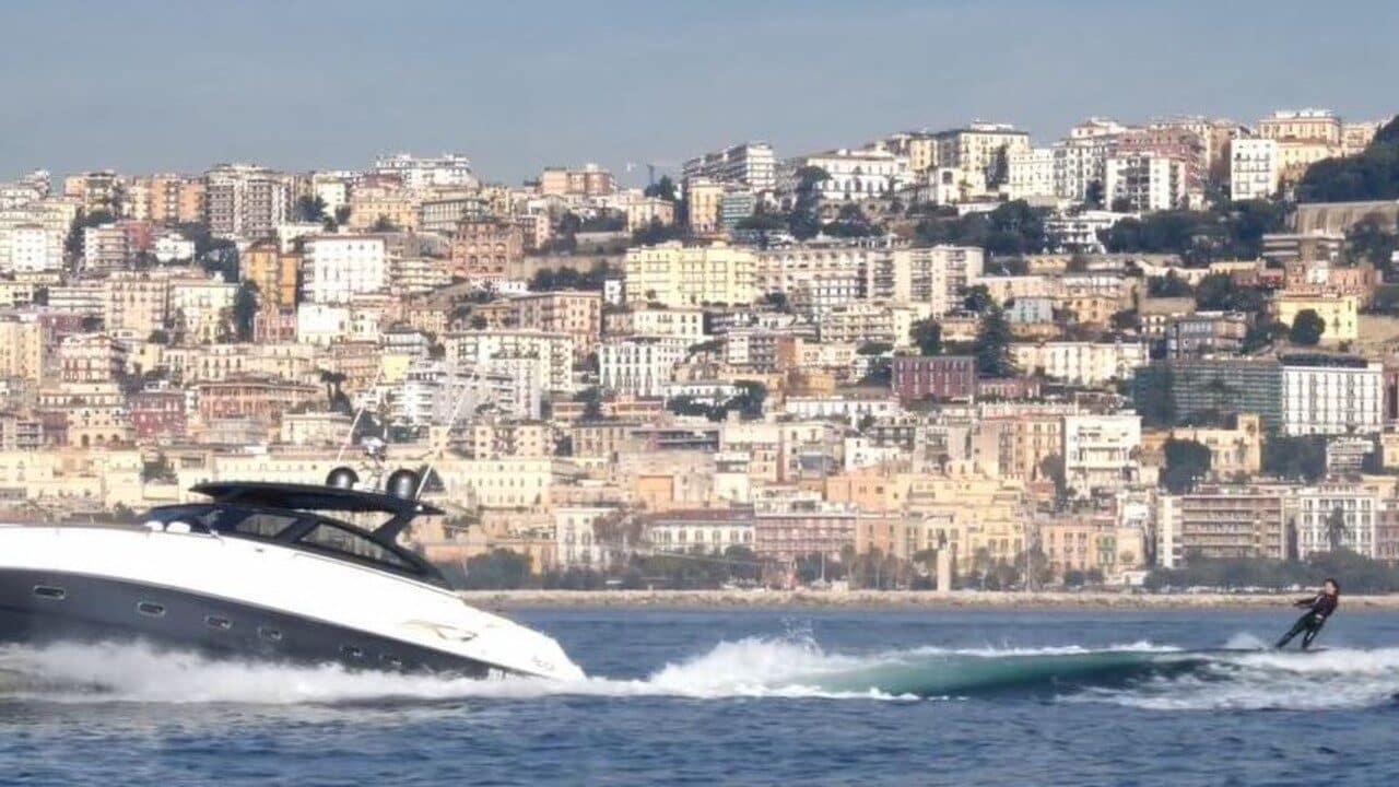 Annalaura di Luggo nella scena dello sci nautico in Napoli Eden