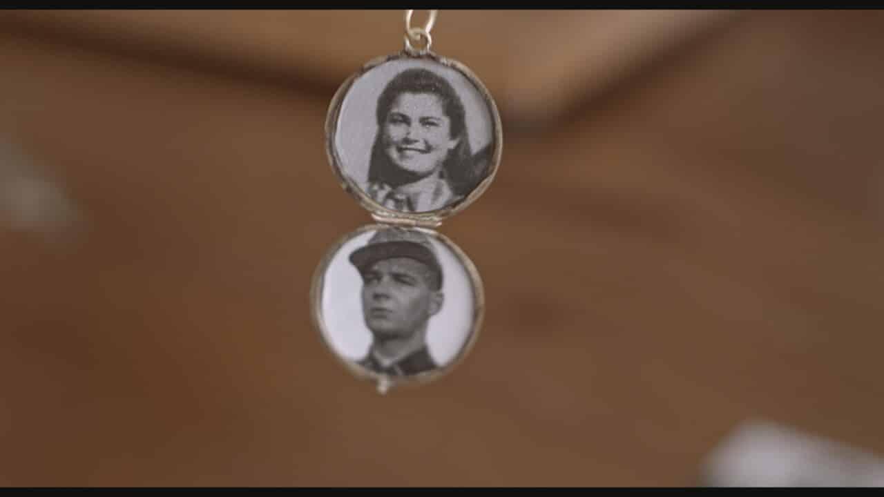 In questa foto il medaglione con le foto di Helena e Franz in Se questo è amore