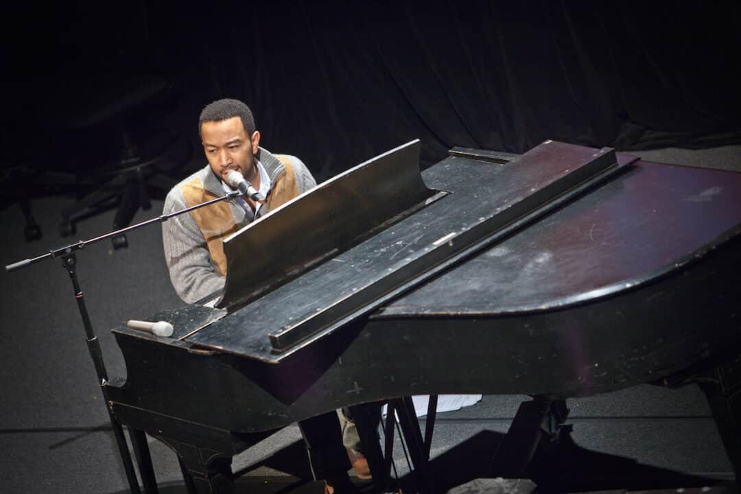 John Legend al pianoforte